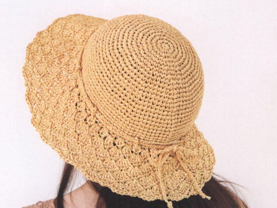 Летняя шляпа с широкими полями из рафии